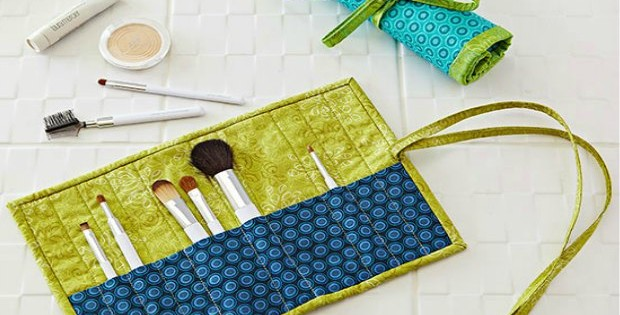 Neat and simple cosmetics brush roll sewing pattern. Easy to adapt this for whatever you want to store. Pencils, crochet hooks, knitting needles, paint brushes...very versatile free sewing pattern.