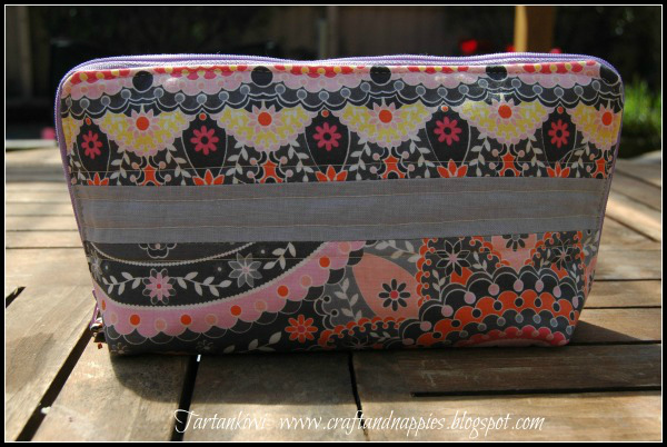 FREE zipper sewing case pattern and tutorial. Make this awesome zippered Sewing Case for storing and organising or travelling with all your sewing supplies. The bag could also be used for toiletries etc.